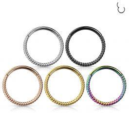 Pīrsinga gredzens pinuma dizainā ar eņģīti